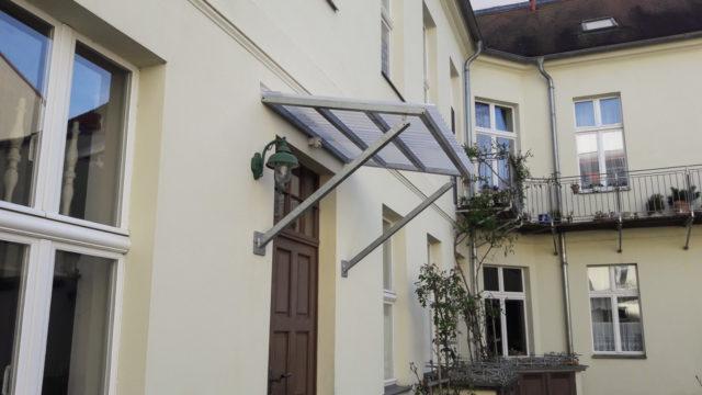 Vordach mit Wellplatte